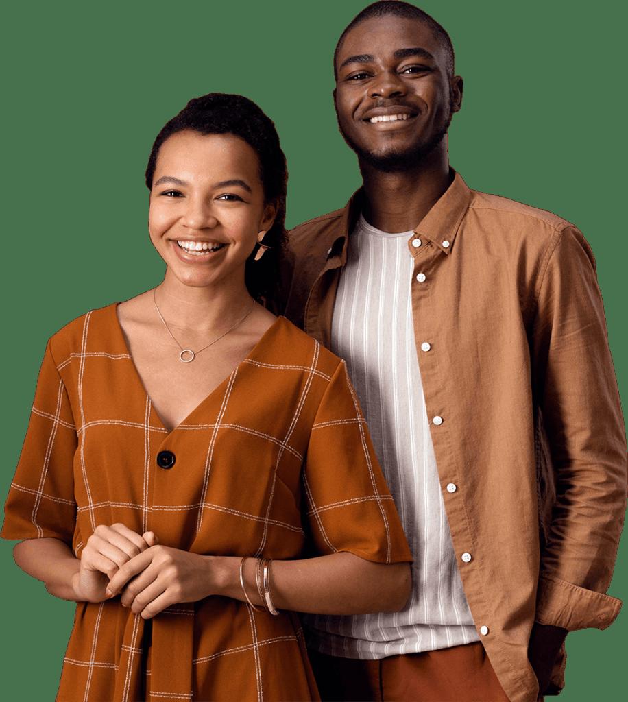 Imagem de um homem e uma mulher, negros. Eles estão olhando para frente e sorrindo.